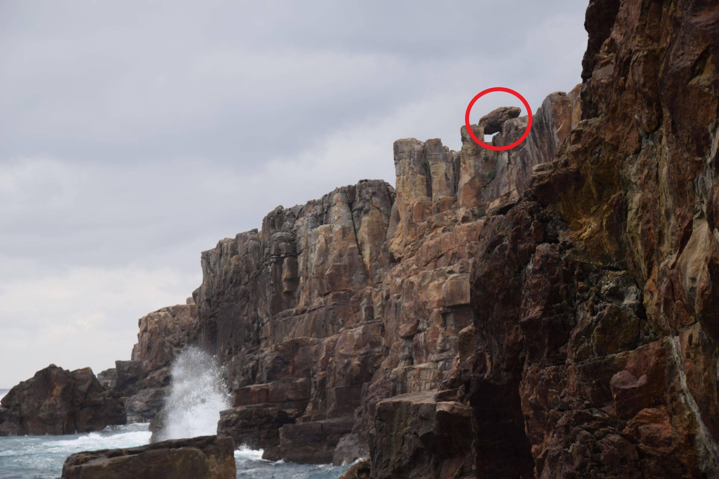 崖の上の岩